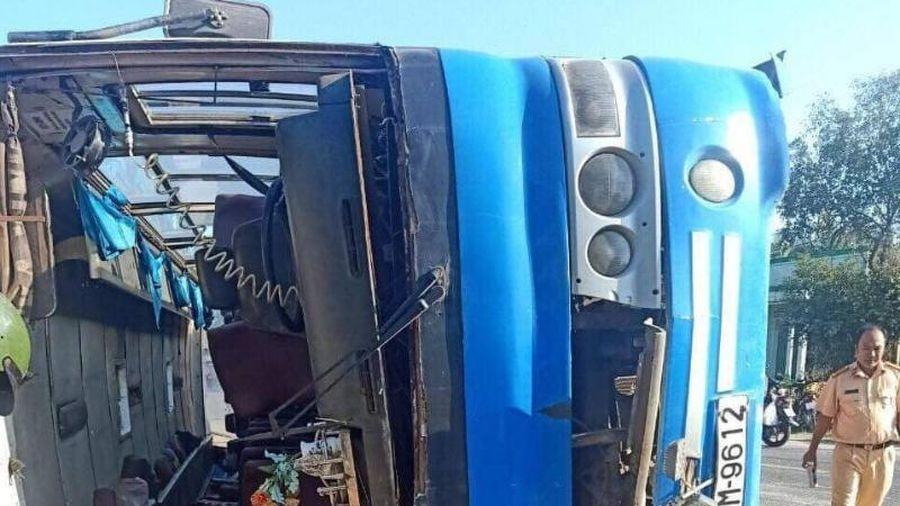 Xe chở công nhân lật làm chết 2 người, 11 người bị thương