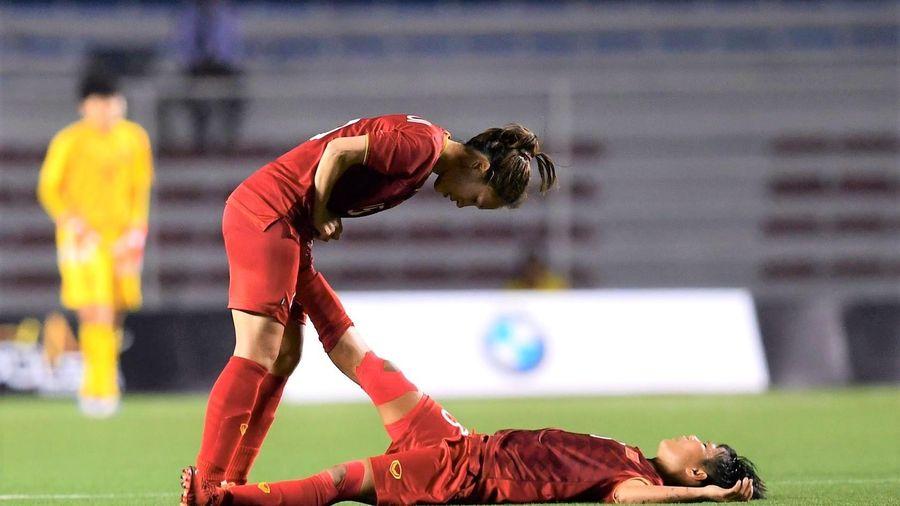 Tuyển thủ nữ Việt Nam nằm sân vì kiệt sức