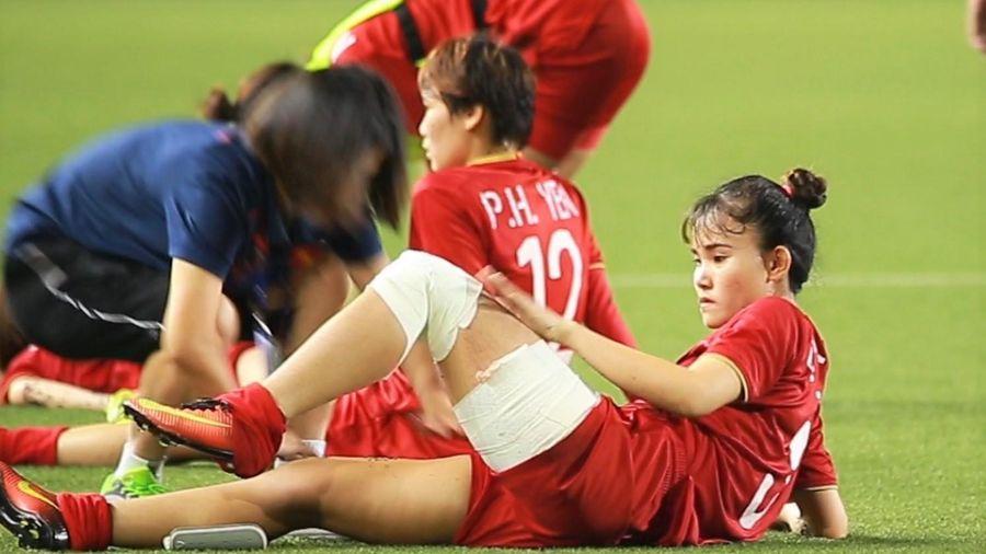 Chương Thị Kiều quấn băng chơi bóng trước Thái Lan