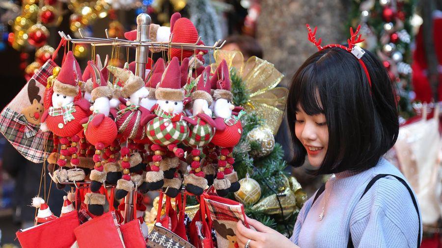 Cây thông Noel tiền triệu đắt hàng trước lễ Giáng sinh