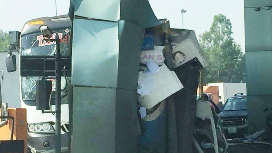 Xe khách tông trạm thu phí cao tốc Trung Lương, tài xế thoát chết