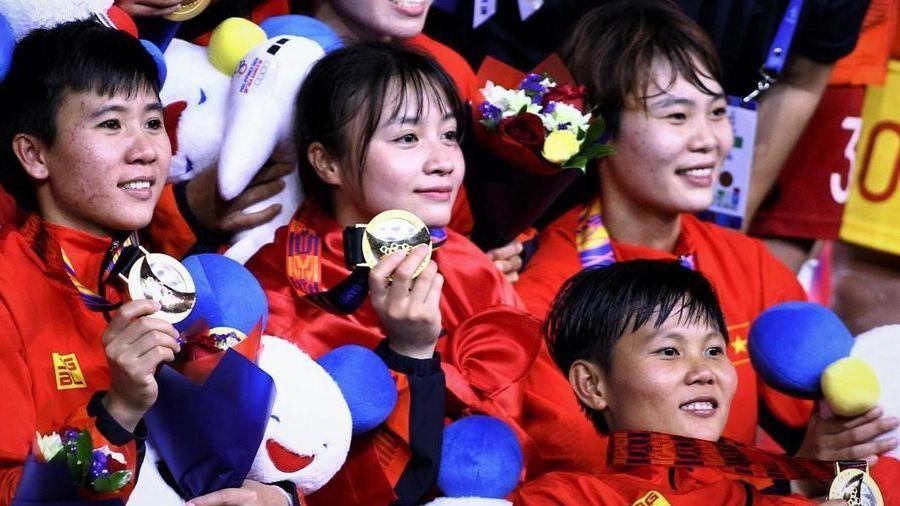 Tuyển nữ Việt Nam ở lại Philippines cổ vũ thầy trò HLV Park