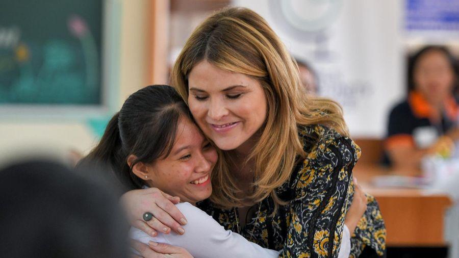 Con gái cựu Tổng thống Bush ôm chặt nữ sinh Việt khi gặp mặt