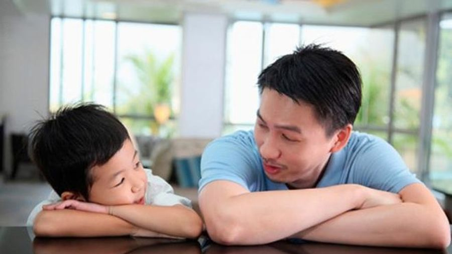 Cha mẹ nên bắt đầu dạy con về giới tính như thế nào?