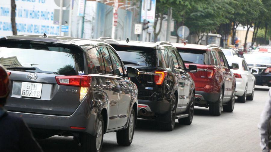 Đoàn xe của cựu Tổng thống Obama đến trụ sở Thành ủy