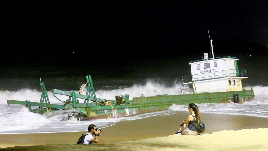 Tàu hơn 30 m mắc cạn ở Nha Trang