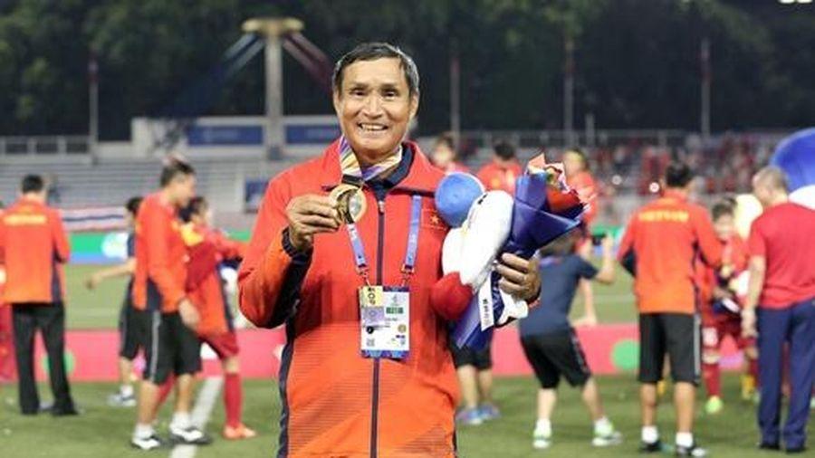 HLV Mai Đức Chung nghẹn ngào sau khi tuyển nữ Việt Nam giành HCV SEA Games