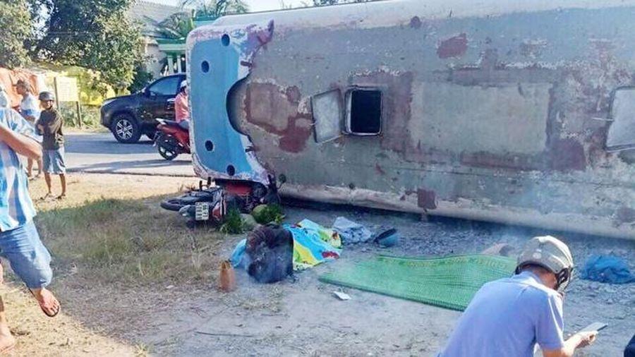 Tai nạn giao thông ở Long An: Xe chở công nhân đè chết 2 người, 11 người bị thương