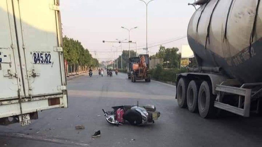 Hà Nội: Xe máy va chạm xe tải, mẹ tử vong, con gái 6 tuổi bị chấn thương sọ não
