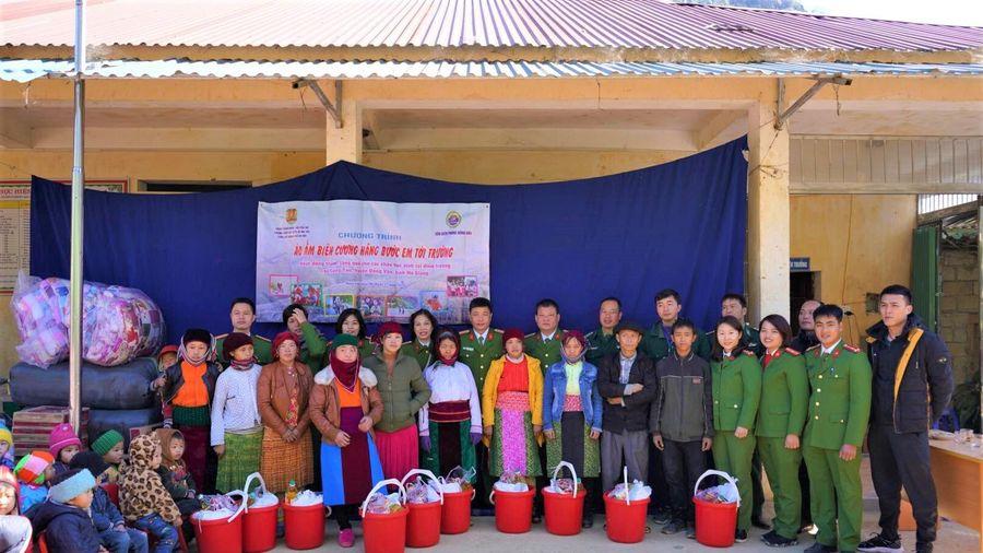 Tặng quà hộ nghèo và học sinh vùng cao biên giới tỉnh Hà Giang