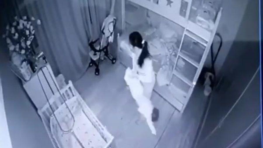 Tạm giữ nữ gúp việc dốc ngược chân bé gái 13 tháng tuổi