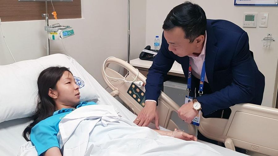Hậu vệ Hồng Nhung phải vào viện cấp cứu do tụt đường huyết
