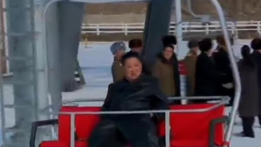 Ông Kim Jong-un đi cáp treo ngắm khu resort trượt tuyết sang chảnh