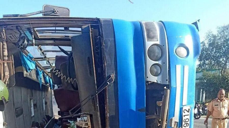 Xe chở công nhân lật ngang, 13 người thương vong