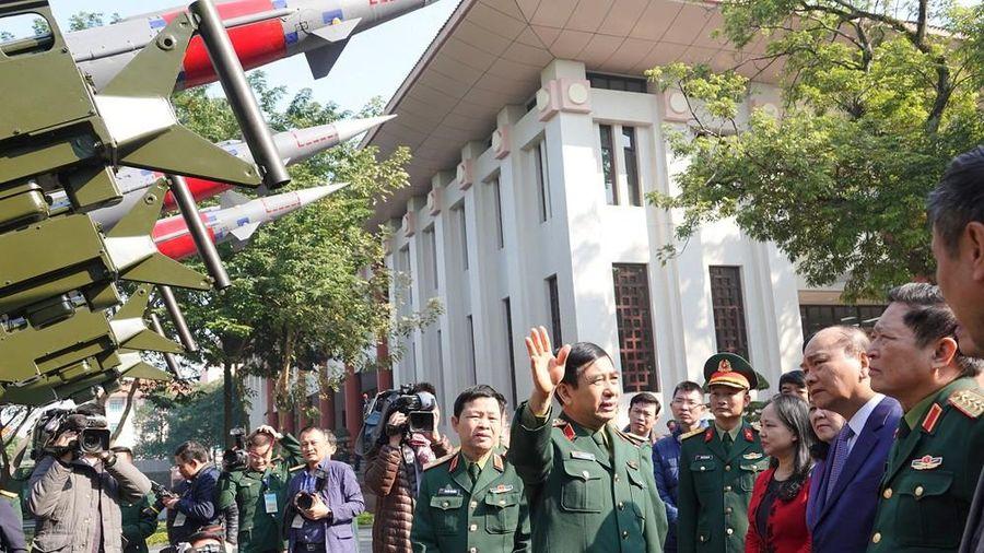 Thủ tướng tham quan xe tăng, tên lửa, khí tài hiện đại của Quân đội