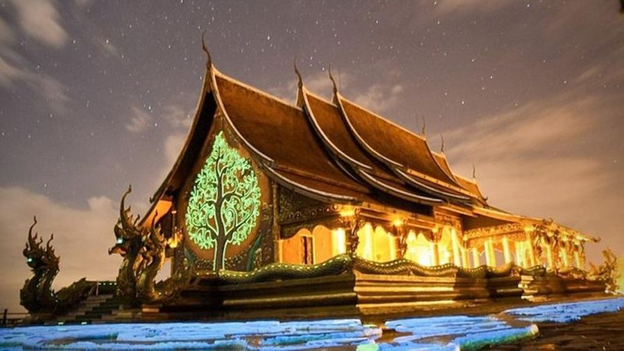 Du khách kéo nhau đến xem ngôi đền 'phát sáng' trên đỉnh đồi ở Thái Lan