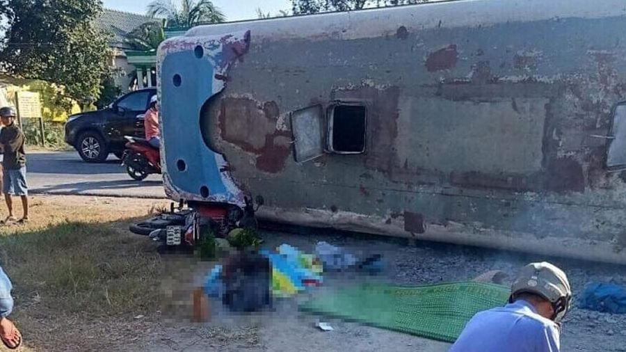 Long An: Ôtô chở công nhân lật ngang đường, 13 người thương vong