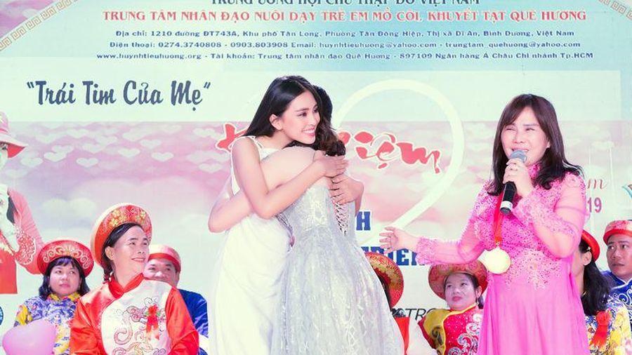 Hoa hậu Tiểu Vy rạng rỡ chúc phúc cho 100 cặp đôi khuyết tật