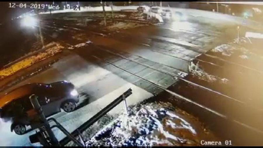 Sang đường không quan sát, Mercedes suýt bị tàu hỏa tông