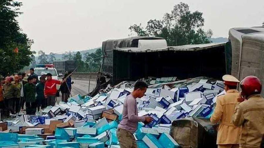 Hà Tĩnh: Container nổ lốp lật nghiêng, hàng chục tấn sữa TH đổ ra đường