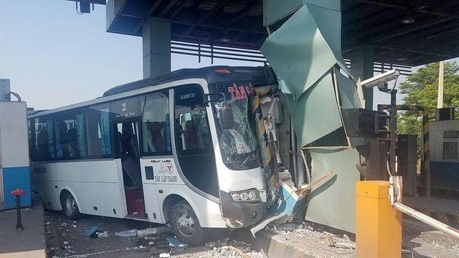 Xe khách lao thẳng vào trạm thu phí cao tốc TP.HCM – Trung Lương