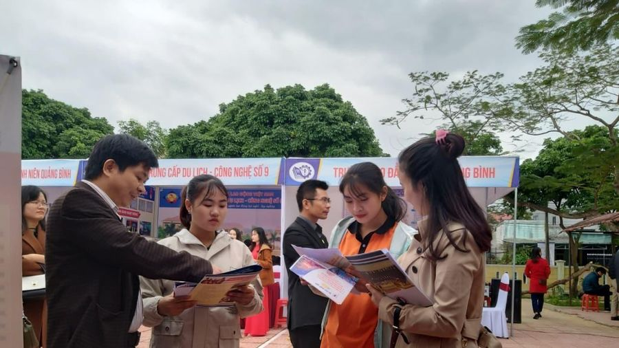 Quảng Bình: Hơn 1.500 học sinh tham gia Ngày hội tư vấn giáo dục và hướng nghiệp