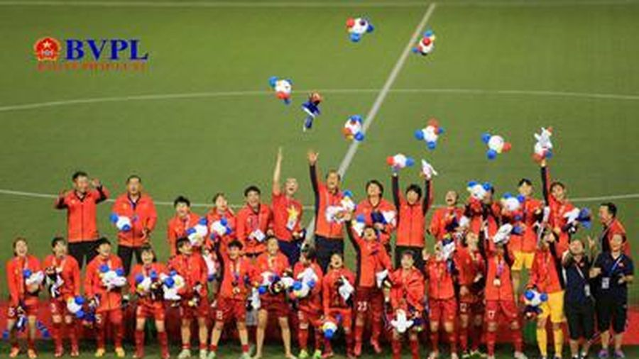 Hình ảnh xúc động các cô gái vàng bóng đá nữ lần thứ 6 bước lên ngôi vô địch SEA Games