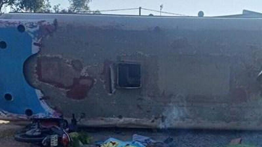 Lật ô tô chở công nhân, đè chết 2 người, 11 người bị thương