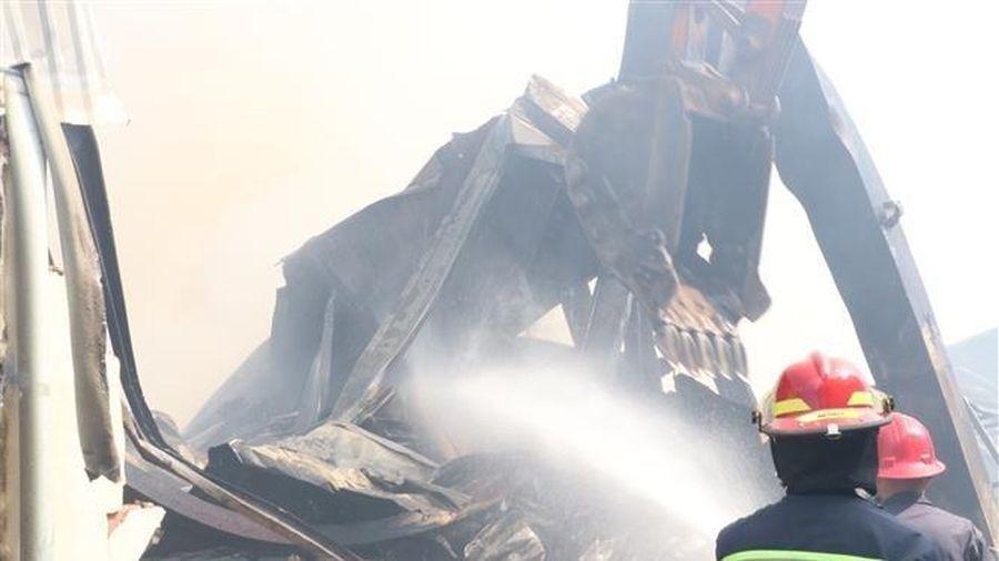 Bình Dương: Điều động 16 xe chữa cháy dập lửa tại công ty đệm mút
