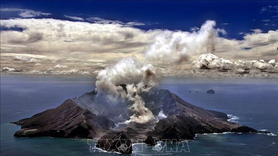 Núi lửa phun trào ở New Zealand: Ít nhất 1 người tử vong, 100 người vẫn bị mắc kẹt