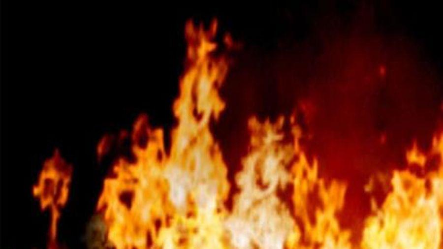 Đốt lửa sưởi ấm, một ngôi nhà gỗ bị thiêu rụi