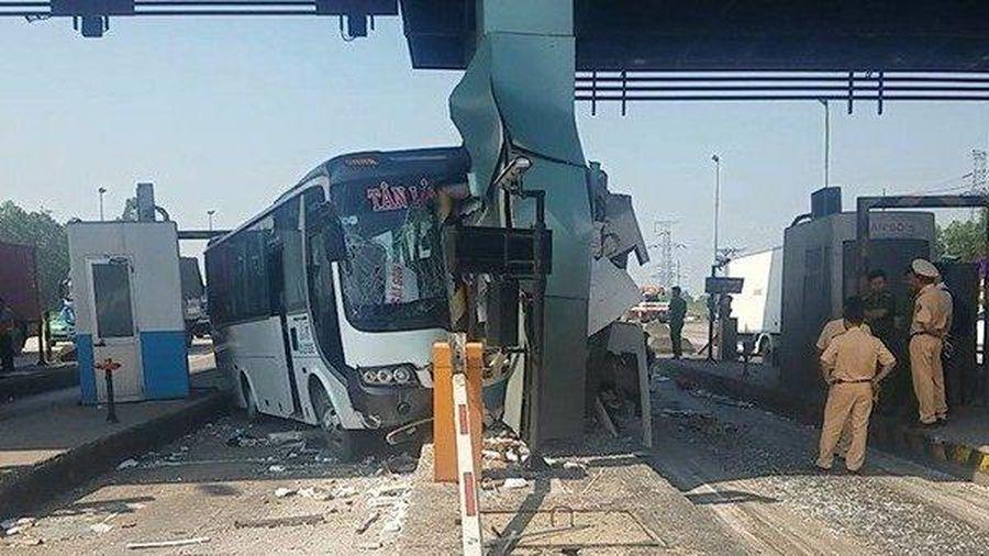 Hiện trường vụ xe khách lao vào trạm thu phí cao tốc TP.HCM - Trung Lương