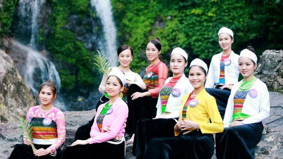 Thí sinh 'Người đẹp xứ Mường' khoe sắc bên thác Cửu Tú Sơn