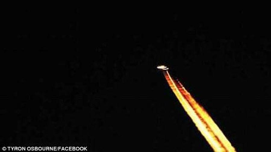 UFO rực cháy trên bầu trời Anh