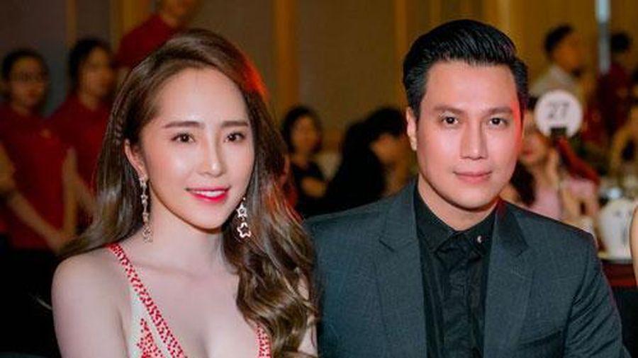 Công khai nâng ngực, Quỳnh Nga nóng bỏng bên 'người tình' Việt Anh