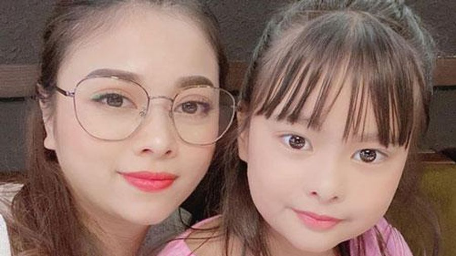 Lâu lắm mới selfie cùng con gái lớn, tưởng Hằng Túi tự tin đầy mình nhưng hóa ra lại phải dặn 'Gọi mẹ là chị thôi nhé!'
