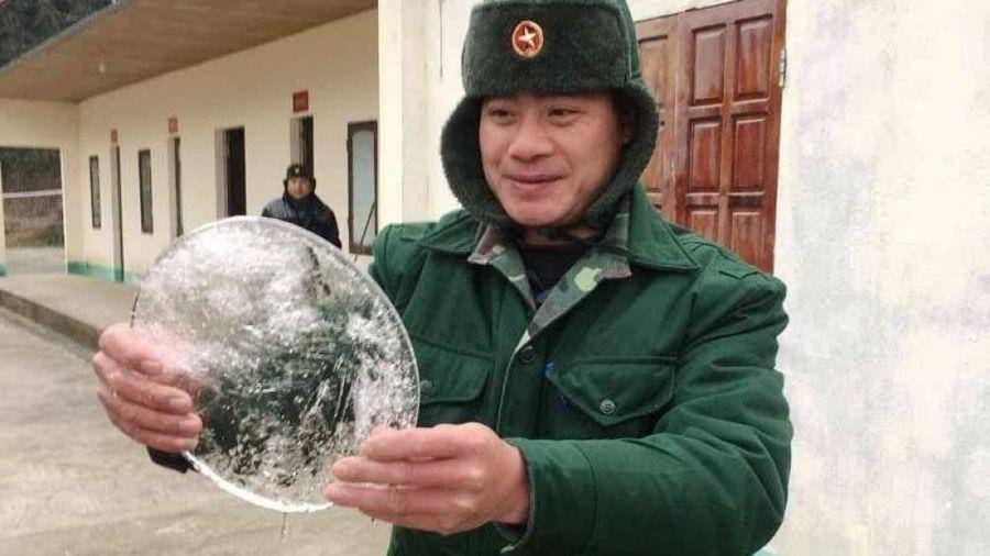Hơn 1.000 áo ấm tặng học sinh Kỳ Sơn giữa ngày giá rét, nước đóng băng