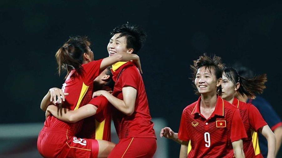 Ở lại Philippines, tuyển nữ Việt Nam cổ vũ thầy trò HLV Park Hang Seo giành HCV