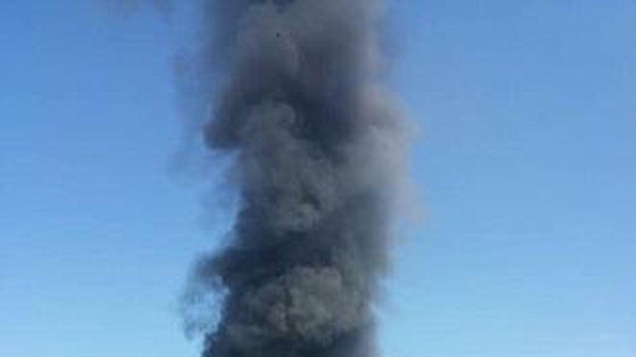 Cột khói cao nghi ngút từ xưởng sản xuất nệm mút ở Bình Dương