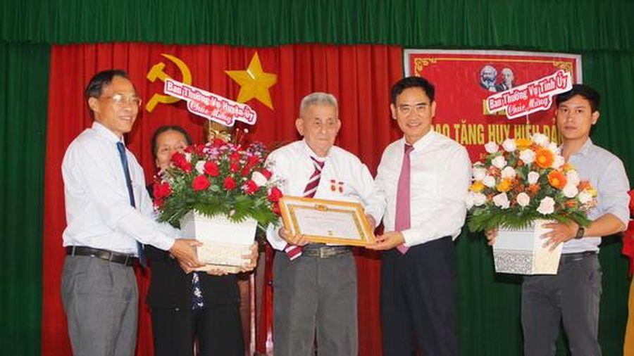 Đồng chí Hoàng Giang nhận Huy hiệu 70 năm tuổi Đảng