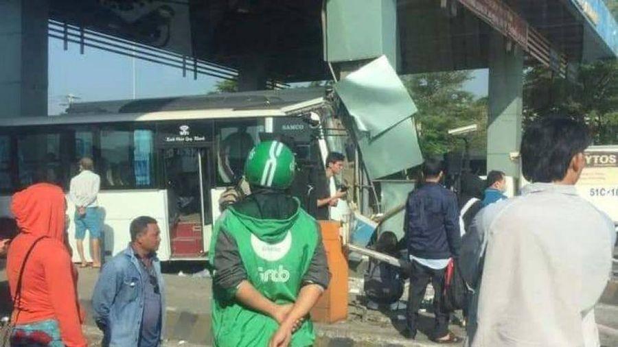Xe khách Tân Lập Thành tông trúng cabin trạm thu phí Trung Lương