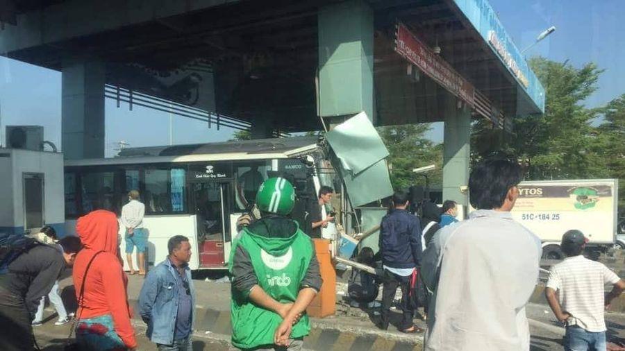 Xe khách chở nhiều người lao vào trạm thu phí trên cao tốc TP.HCM - Trung Lương