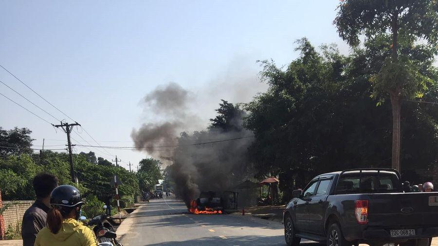 Nữ tài xế khóc nức nở nhìn xe Ford Ranger bốc cháy trơ khung