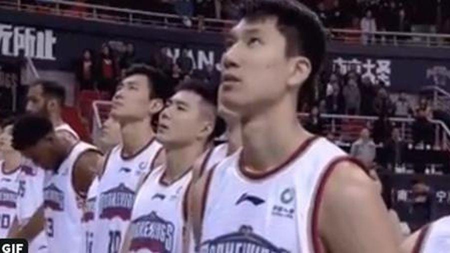 Không nhìn vào quốc kỳ Trung Quốc, vận động viên Pháp bị phạt 1400 USD