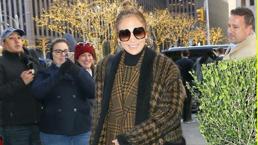 Jennifer Lopez 'thăng hạng' nhan sắc, rạng rỡ đến trường quay