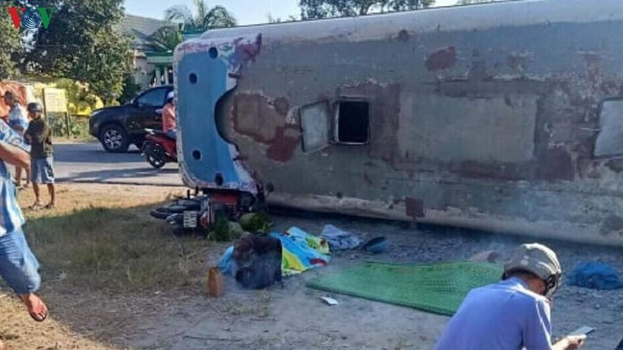 Tránh xe ngược chiều, xe chở công nhân lật đè chết 2 người