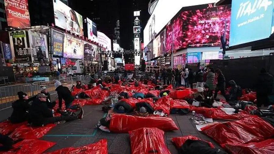 Người dân New York ngủ ở Times Square để gây quỹ cho người vô gia cư