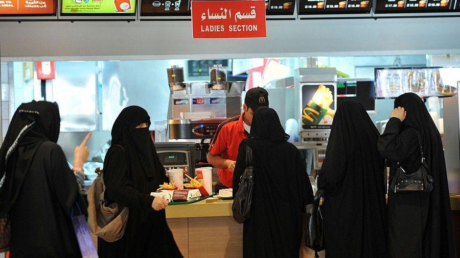 Saudi Arabia bỏ quy định cách ly phụ nữ và nam giới tại nhà hàng
