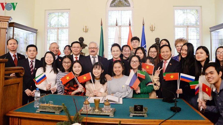 Chủ tịch Quốc hội trò chuyện với sinh viên Đại học Tổng hợp LB Kazan