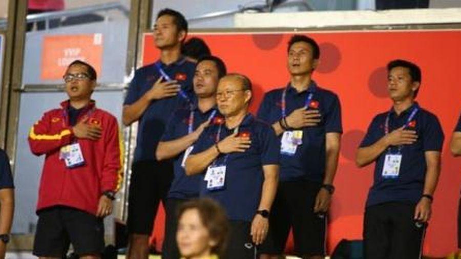 Cảm kích với hình ảnh HLV Park cổ vũ tuyển nữ Việt Nam đấu chung kết với Thái Lan